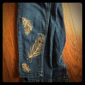 🍂 Kensie Jeans with embroidered leaf detail 🍂